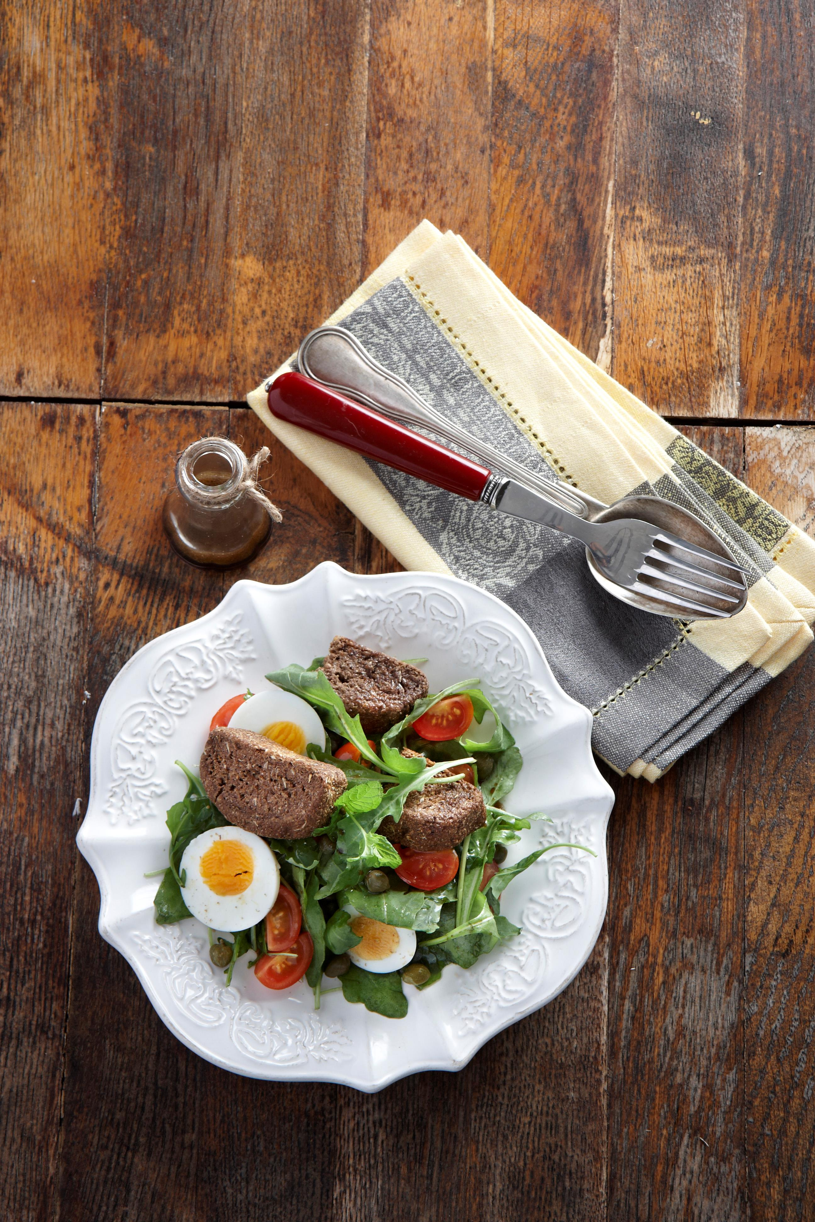 Arugula salad with rusks (whole grain mini rusks with 4 cereal and carob), mint and boiled egg